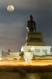 Jättelik Buddhastaty under månsken royaltyfria foton