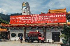 Jättelik Guanyin staty över byggnad för kinesisk stil på Kek Lok Si Temple på George Town Panang Malaysia royaltyfri foto