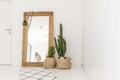 Jättelik spegel i rummet royaltyfria foton