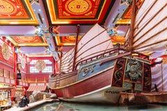Jättelikt kinesiskt skräp som visades i varuhus med det färgrika kinesiska taket, dekorerade med turister i Dubai royaltyfri bild