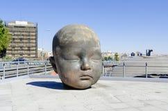 Jätten behandla som ett barn head skulptur i Atocha Madrid Spanien Arkivfoto