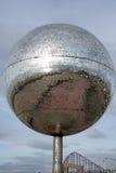 Jätten blänker bollen Arkivfoto