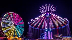 Jätten Ferris Wheel och jojjade munterhetritt Arkivfoto