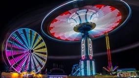 Jätten Ferris Wheel och jojjade munterhetritt Royaltyfri Fotografi