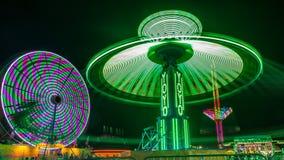 Jätten Ferris Wheel och jojjade munterhetritt Royaltyfri Bild
