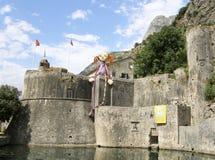 JättePippi Longstocking docka på väggen av fästningen av den gamla staden av Kotor på helgdagsaftonen av XXV den Kotor festivalen Royaltyfri Bild