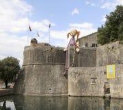 JättePippi Longstocking docka på väggen av fästningen av den gamla staden av Kotor på helgdagsaftonen av XXV den Kotor festivalen Royaltyfri Foto
