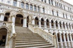 Jättes trappuppgång av doges slott eller Palazzo Ducale, Venedig, Italien fotografering för bildbyråer