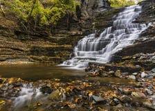 Jättes trappuppgångvattenfall och pöl Royaltyfria Foton