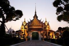 Jättestaty framme av tempelporten Royaltyfri Fotografi
