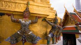 Jättestaty under guld- pagod Royaltyfri Fotografi
