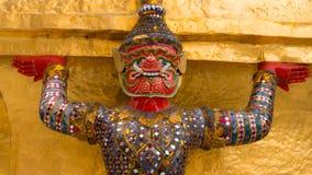 Jättestaty under guld- pagod Arkivbild