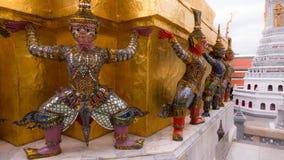 Jättestaty under guld- pagod Arkivfoton
