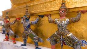 Jättestaty under guld- pagod Fotografering för Bildbyråer