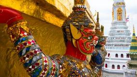 Jättestaty under guld- pagod Arkivfoto