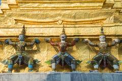 Jättestatyn i Wat Pra Kaew, den storslagna slotten, Thailand Royaltyfri Bild