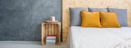 Jättestor säng i sovrum arkivfoto