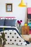 Jättestor säng med blåa kuddar Royaltyfri Foto