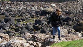 Jättevägbank - en populär gränsmärke i nordligt - Irland lager videofilmer