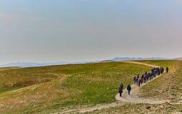 Jérusalem - 10 04 2017 : Groupe de personnes trekking dans les mountais Image libre de droits