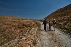 Jérusalem - 10 04 2017 : Groupe de personnes trekking dans les mountais Photographie stock libre de droits