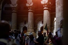 JÉRUSALEM, ISRAËL - 25 août 2018 : Les pèlerins et les touristes attendent pour présenter Aedicule dans l'église de la tombe sain image stock