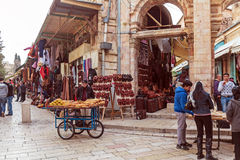 JÉRUSALEM, ISRAËL - 16 FÉVRIER 2013 : Touristes achetant des souvenirs Images libres de droits