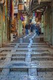JÉRUSALEM, ISRAËL - 20 FÉVRIER 2013 : Touristes achetant des souvenirs Images libres de droits