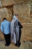 Jérusalem - 15 novembre 2016 : Hommes priant au mur pleurant images libres de droits