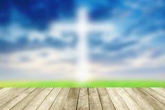 Jésus abstrait sur le ciel bleu croisé avec en bois Photos stock