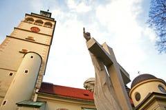 Jésus-Christ dirigeant son doigt sur l'église de ciel Images libres de droits