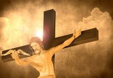 Jésus-Christ libérant une colombe de la croix Photos libres de droits
