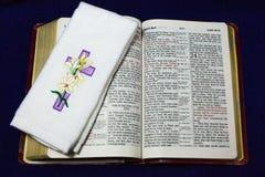 Jésus a la croix levée sur la bible photos stock