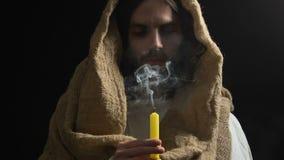Jésus pleurant dans la bougie de soufflement de robe longue, souffrant des péchés de personnes, fils de Dieu clips vidéos