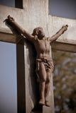 Jésus rouillé sur la croix au-dessus d'une tombe photos stock