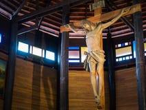Jésus sur la croix dans l'église en bois Photos libres de droits