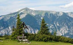 Jésus sur la croix dans les Alpes Image libre de droits