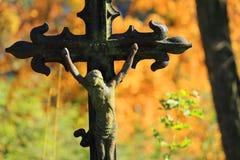 Jésus sur le vieux cimetière de village, République Tchèque Images stock