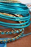 Jóia, bracelete indiano e pedra no azul Fotografia de Stock