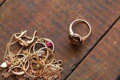 Jóia do ouro na madeira Fotografia de Stock Royalty Free