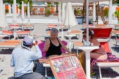 Jóia do sell do Pedlar ao turista na praia imagens de stock