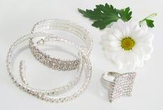 Jóia e flor branca Imagens de Stock Royalty Free