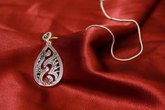 Jóia na seda vermelha Imagens de Stock Royalty Free