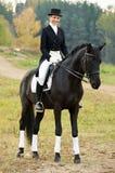 Jóquei do Horsewoman no uniforme com cavalo Imagens de Stock