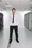 Jóvenes él ingeniero en sitio del servidor del datacenter Imágenes de archivo libres de regalías