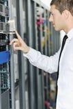 Jóvenes él ingeniero en sitio del servidor del datacenter Foto de archivo