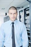 Jóvenes él ingeniero en sitio del servidor del datacenter Foto de archivo libre de regalías