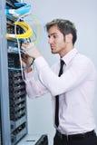 Jóvenes él ingeniero en sitio del servidor del datacenter Fotos de archivo