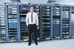 Jóvenes él ingeniero en sitio del servidor del datacenter fotografía de archivo