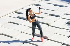 Jóvenes, ajuste y baile deportivo de la mujer al aire libre Foto de archivo libre de regalías